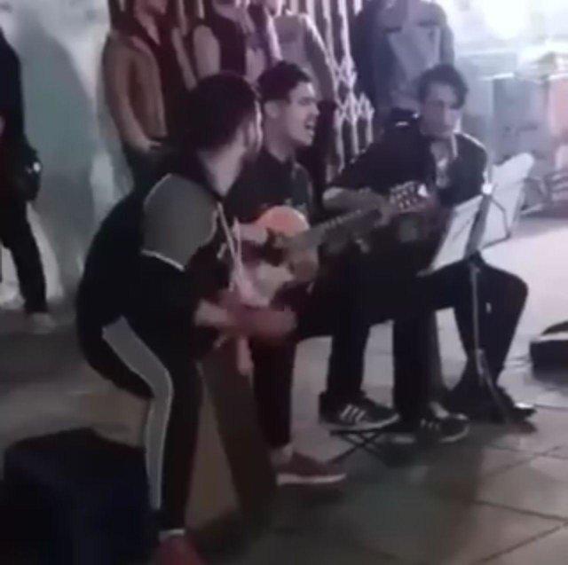 آیا برخورد با نوازندگان خیابانی در رشت جرم نیست؟